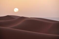 Coucher du soleil au-dessus des dunes dans le désert du Maroc images stock