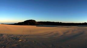 Coucher du soleil au-dessus des dunes de sable chez Fraser Island Photo stock