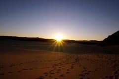 Coucher du soleil au-dessus des dunes de sable chez Fraser Island Images libres de droits