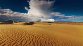 Coucher du soleil au-dessus des dunes de sable dans le désert banque de vidéos