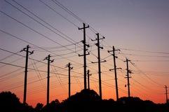 Coucher du soleil au-dessus des lignes à haute tension Photo stock