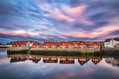 Coucher du soleil au-dessus des maisons de port dans Svolvaer, îles de Lofoten, Norvège Photographie stock libre de droits