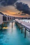 Coucher du soleil au-dessus des Maldives photos stock