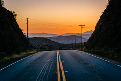 Coucher du soleil au-dessus des montagnes éloignées et de l'Escondido Canyon Road, dans l'Agua Images libres de droits