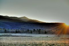Coucher du soleil au-dessus des montagnes Photo stock
