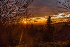 Coucher du soleil au-dessus des montagnes Image libre de droits