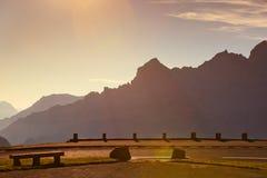 Coucher du soleil au-dessus des montagnes d'Alpes Image libre de droits