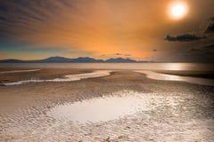 Coucher du soleil au-dessus des montagnes d'obturation Image stock