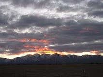 Coucher du soleil au-dessus des montagnes de désert Photos stock
