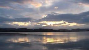 Coucher du soleil au-dessus des montagnes des nuages contre de la rivière à Laredo, Espagne banque de vidéos
