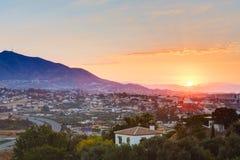 Coucher du soleil au-dessus des montagnes et de la ville Mijas, Espagne photos libres de droits