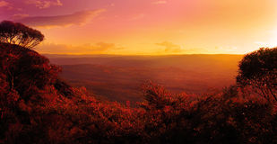 Coucher du soleil au-dessus des montagnes et des arbres Images libres de droits