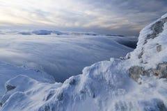 Coucher du soleil au-dessus des montagnes et des nuages en hiver Images stock