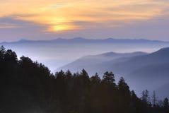 Coucher du soleil au-dessus des montagnes fumeuses Images libres de droits
