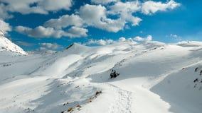 Coucher du soleil au-dessus des montagnes neigeuses photos libres de droits
