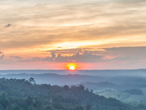 Coucher du soleil au-dessus des montagnes vertes Photo libre de droits