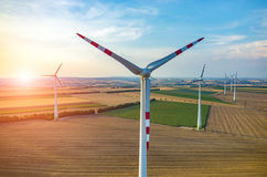 Coucher du soleil au-dessus des moulins à vent Photographie stock