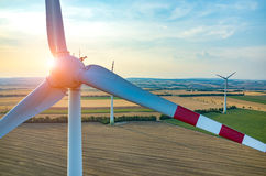 Coucher du soleil au-dessus des moulins à vent Image stock