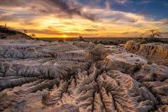 Coucher du soleil au-dessus des murs de la Chine en Mungo National Park, Australie photo libre de droits