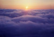 Coucher du soleil au-dessus des nuages Images libres de droits
