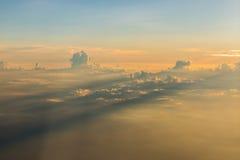Coucher du soleil au-dessus des nuages Photographie stock