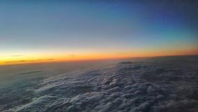 Coucher du soleil au-dessus des nuages image libre de droits