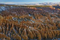 Coucher du soleil au-dessus des pentes de canyon couvertes dans la neige, Bryce Canyon National Photographie stock libre de droits