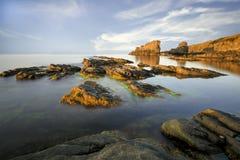 Coucher du soleil au-dessus des roches de Sinemorec Image libre de droits