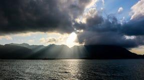 Coucher du soleil au-dessus des Seychelles Victoria capitale, Mahe Photographie stock libre de droits