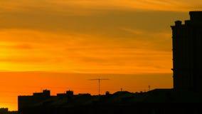 Coucher du soleil au-dessus des toits de Kupala banque de vidéos