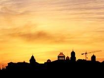Coucher du soleil au-dessus des tours à Porto Photo stock