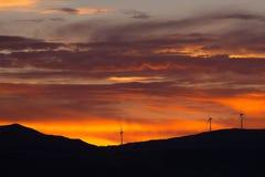 Coucher du soleil au-dessus des turbines Image stock