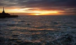 Coucher du soleil au-dessus des vagues photos libres de droits
