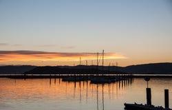 Coucher du soleil au-dessus des yachts Photographie stock