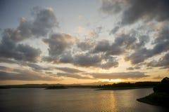 Coucher du soleil au-dessus du barrage du nord de pin, Petrie, Australie photos libres de droits