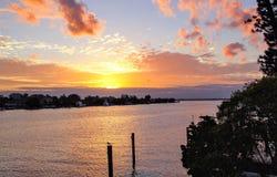 Coucher du soleil au-dessus du canal photo stock