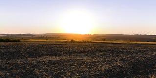 Coucher du soleil au-dessus du champ labouré Photos stock