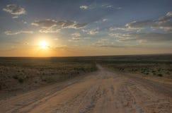 Coucher du soleil au-dessus du chemin de terre menant au parc national de culture de Chaco Image libre de droits