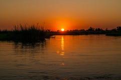 Coucher du soleil au-dessus du delta d'Okavango, Botswana photographie stock