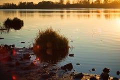 Coucher du soleil au-dessus du fleuve Photo stock