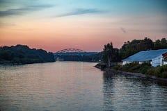 Coucher du soleil au-dessus du fleuve Photographie stock