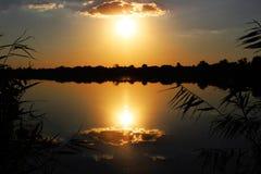 Coucher du soleil au-dessus du fleuve Image stock