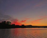 Coucher du soleil au-dessus du fleuve Photos libres de droits