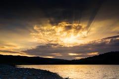 Coucher du soleil au-dessus du lac Photos stock