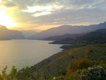 Coucher du soleil au-dessus du lac Image libre de droits