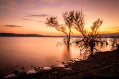 Coucher du soleil au-dessus du lac en automne Photos stock