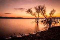 Coucher du soleil au-dessus du lac en automne Photo libre de droits