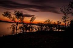 Coucher du soleil au-dessus du lac en automne Photographie stock