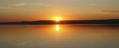 Coucher du soleil au-dessus du lac en Russie Photo libre de droits
