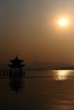 Coucher du soleil au-dessus du lac occidental Image libre de droits